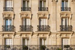 Façade typique d'un immeuble parisien près de Notre-Dame