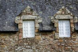 gros plan sur la façade extérieure et le toit en ardoise d'une maison bretonne typique