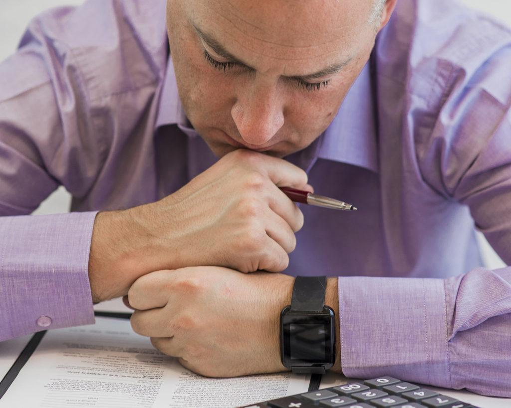 un homme d'affaires qui réfléchit bien à la fiscalité